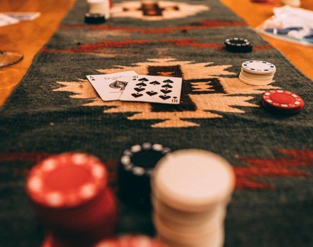 Le Blackjack, le jeu de cartes en ligne : Peut-on vivre de ça ?